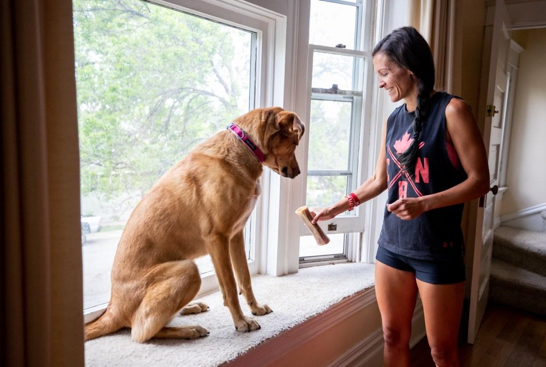 Lanni Marchant donne une gâterie à son chien, Elle
