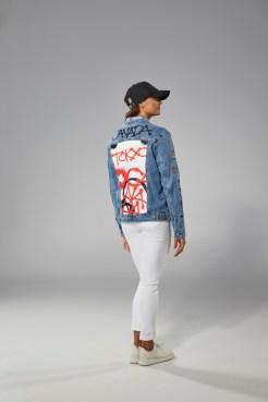 Kylie Masse porte une veste de jean et une casquette Équipe Canada