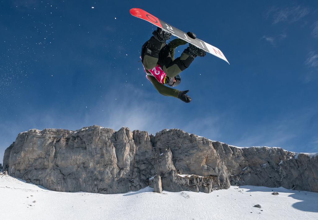 Liam Brearly lors d'un saut en snowboard