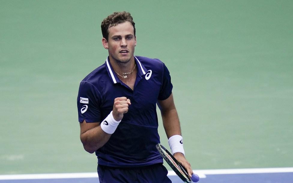 un joueur de tennis serre le point en signe de victoire