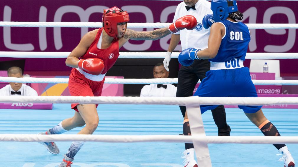 Deux boxeuses lors d'un match aux Jeux panaméricains de Lima 2019.
