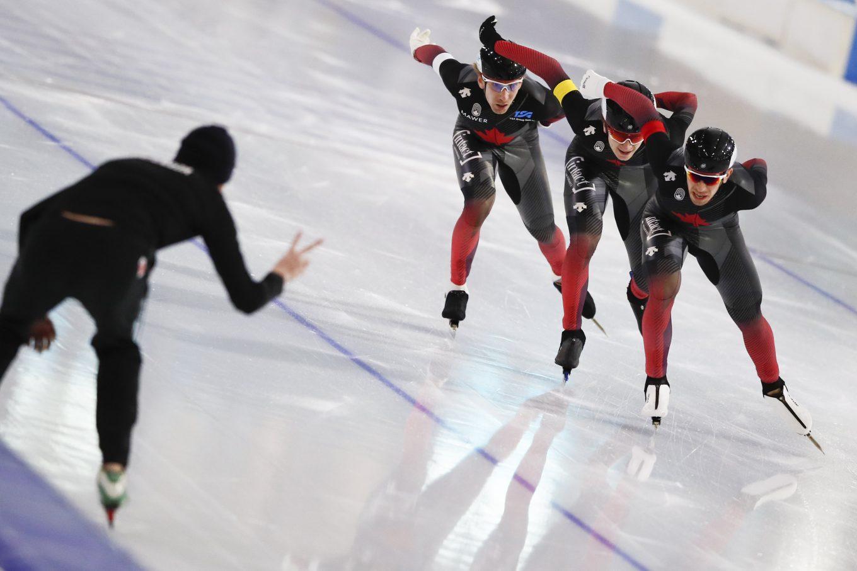 Ted-Jan Bloemen, Jordan Belchos, et Connor Howe en action lors de la poursuite par équipe de la Coupe du monde de patinage de vitesse à Heerenveen, aux Pays-Bas Netherlands, vendredi le 22 janvier 2021