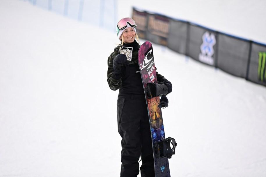 Laurie Blouin affiche sa médaille de bronze de l'épreuve du slopestyle aux X Games d'Aspen 2021