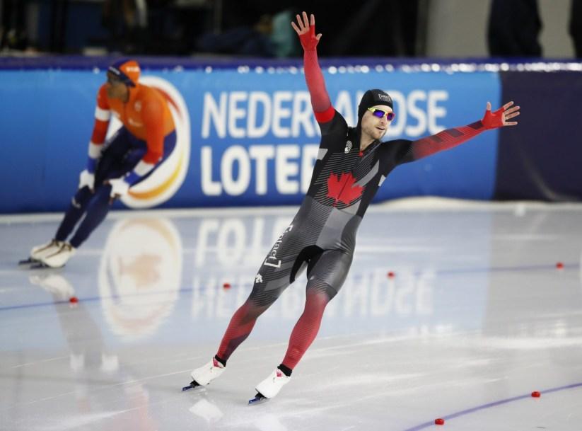 Laurent Dubreuil célèbre sa médaille d'or au 500 m des championnats du monde de patinage de vitesse sur longue piste à Heerenveen, aux Pays-Bas, le 12 février 2021.