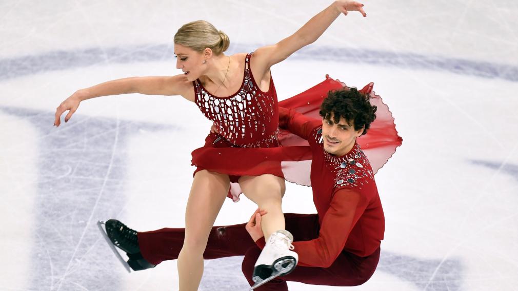 deux patineurs effectuent une pirouette en couple