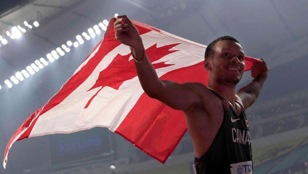 Andre De Grasse avec le drapeau canadien.