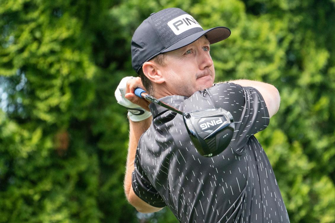 Un golfeur regarde sa balle filer