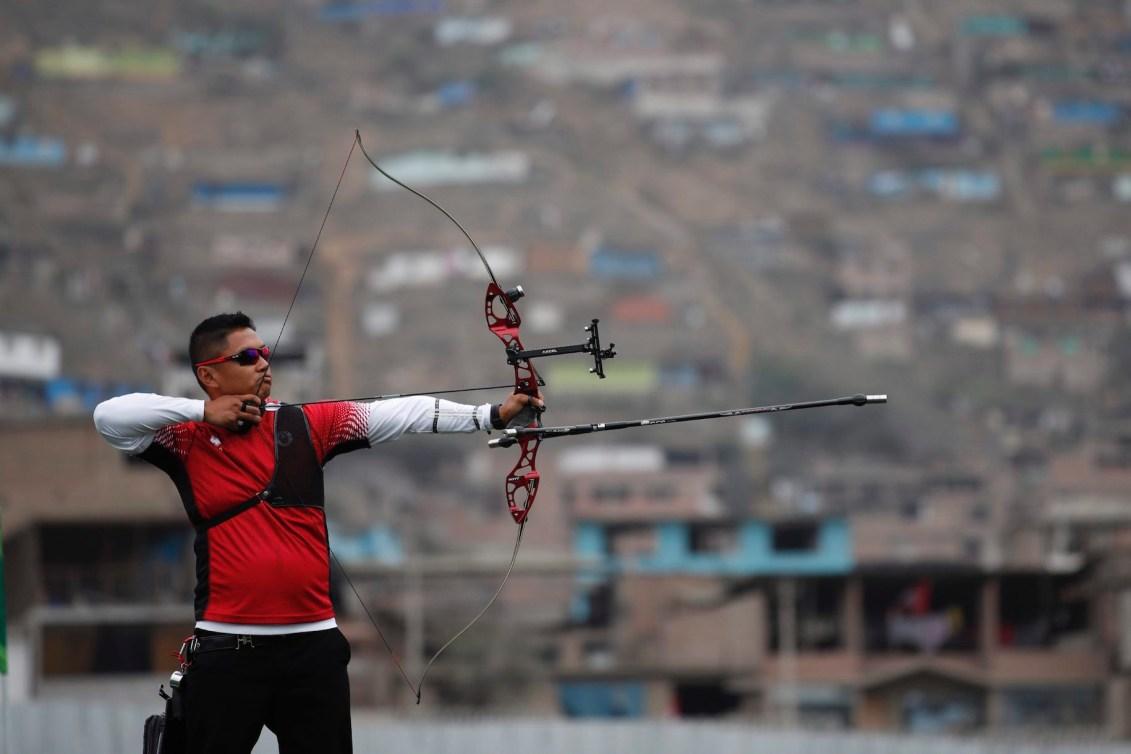 Un athlète de tir à l'arc vise la cible