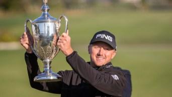 Un joueur de golf montre son trophée