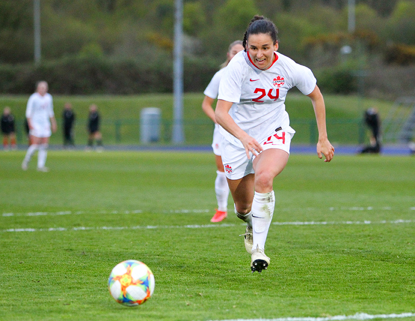 Une joueuse de soccer à la poursuite du ballon