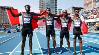 Quatre coureurs montrent le drapeau de leur pays
