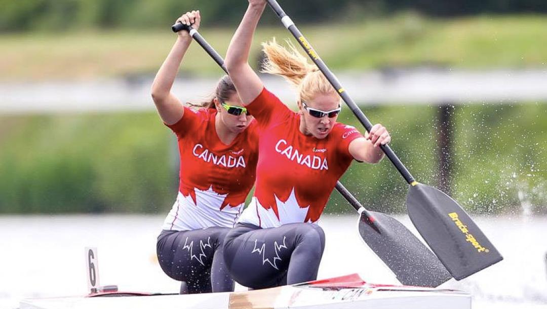 Deux athlètes de canoë en action
