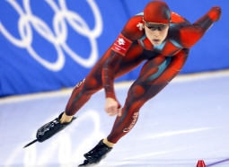 Catriona Le May Doan powers round the first turn on her way to an Olympic record of 37.30 seconds in the women's 500m speed skating at the Salt Lake City 2002 Olympic Winter Games on Wednesday Feb. 13, 2002. (CP PHOTO/Frank Gunn)