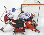 Jeff Carter dives into the crease to score vs the Czechs in the semifinal (Photo: CP)