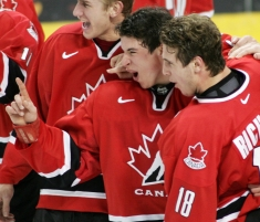 Sidney Crosby, centre, and captain Mike Richards, right, celebrate their gold medal win at the 2005 World Juniors (Photo: CP)