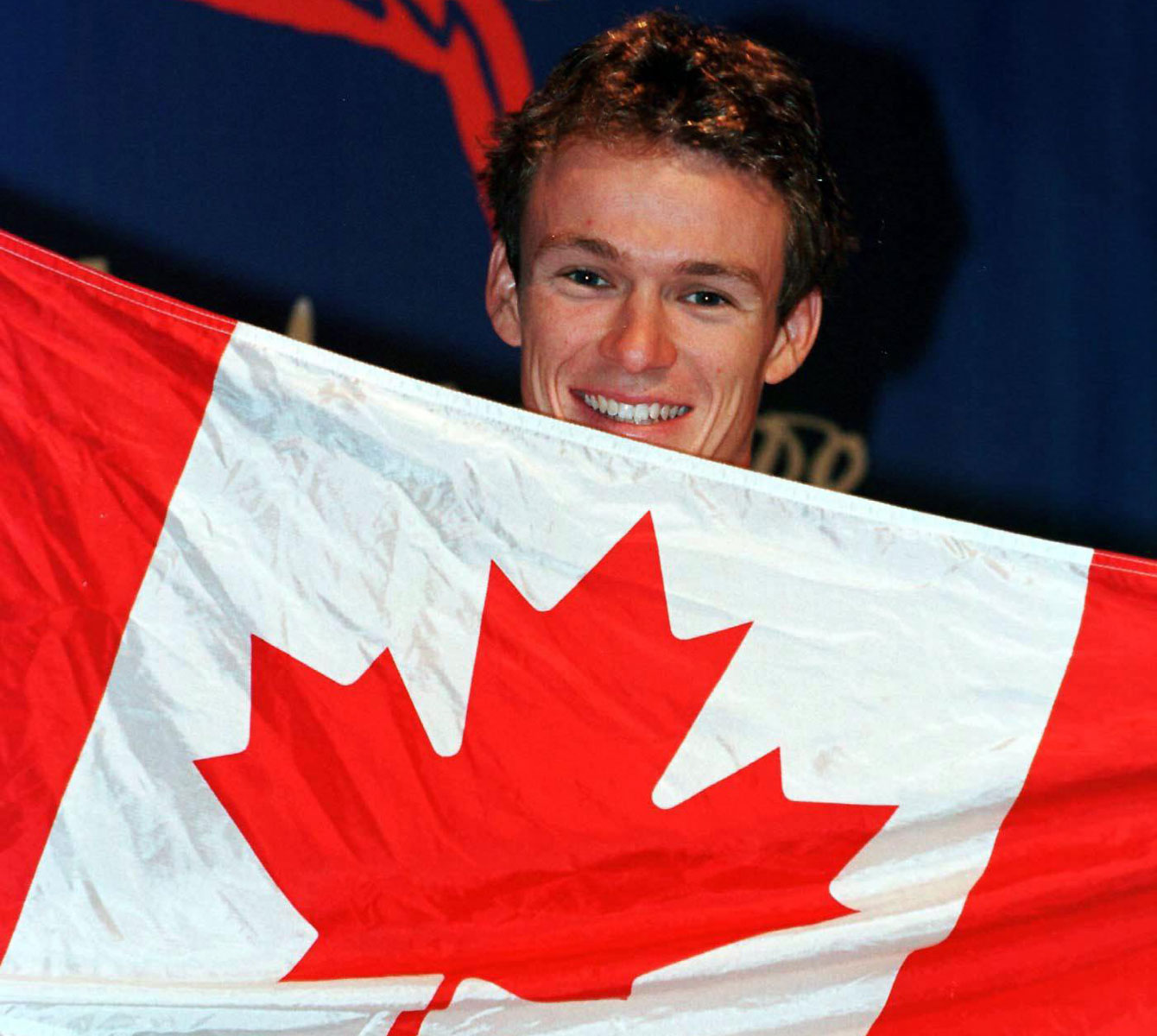 Simon Whitfield with the flag at Sydney 2000.