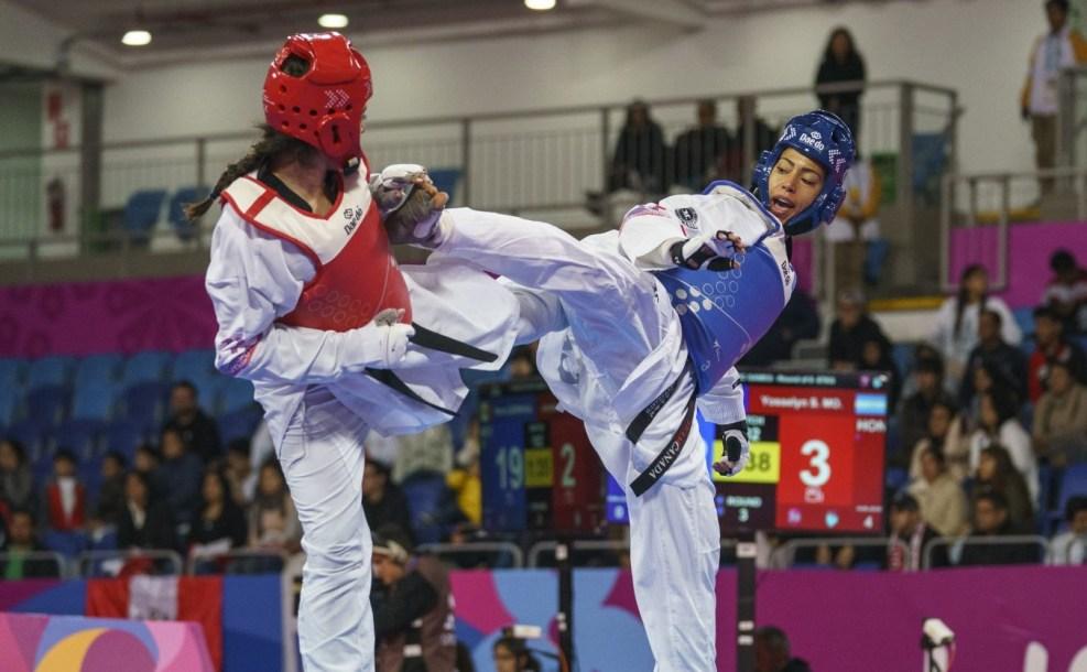 Ashley Kraayeveld kicking opponent