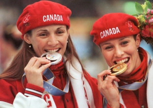 Catriona Le May Doan (right) and Susan Auch celebrate their gold and silver medals in long track speed skating's 500m at Nagano 1998.