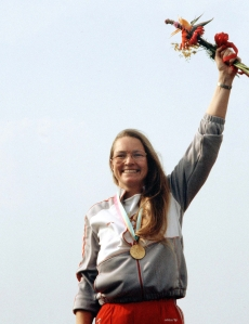 Linda Thom celebrates her 25m pistol shooting gold medal at Los Angeles 1984 Olympic Games.