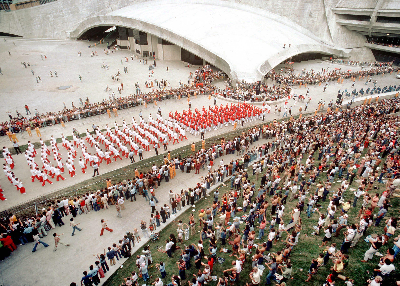 Canadian athletes approach the Olympic Stadium during the opening ceremonies for the 1976 Olympic games in Montreal. (CP PHOTO/COC/ RW) Les athlètes canadiens s'apprêtent à faire leur entrée lors des cérémonies d'ouverture des Jeux olympiques de Montréal de 1976. (Photo PC/AOC)