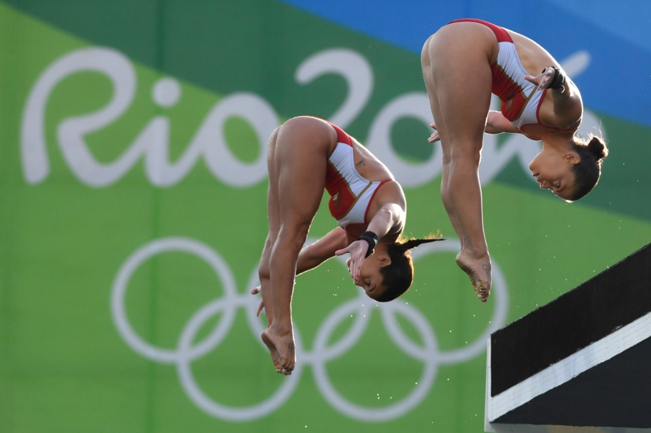 Benfeito and Filion mid dive in synchro event