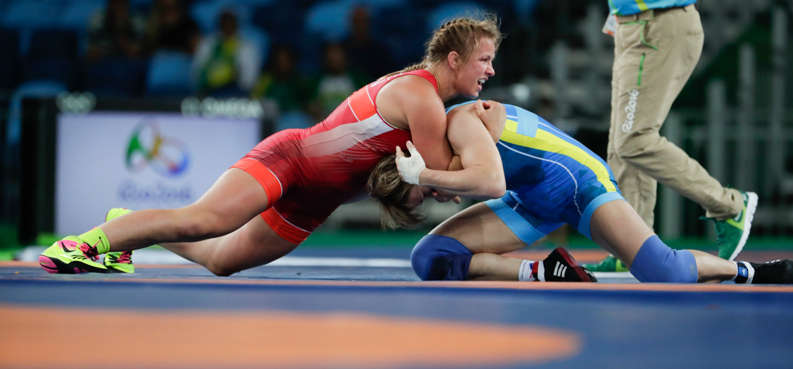 Erica Wiebe wrestles in the 75kg gold medal match at Rio 2016 (COC/Jason Ransom)