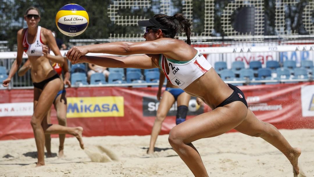 Sarah Pavan and Melissa Humana-Paredes playing a match