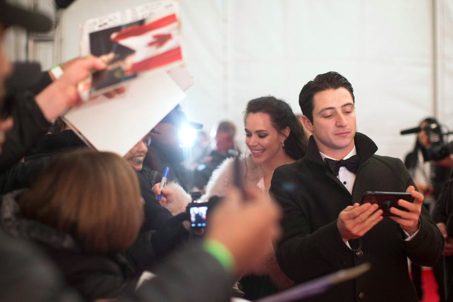Tessa Virtue and Scott Moir sign autographs on the red carpet