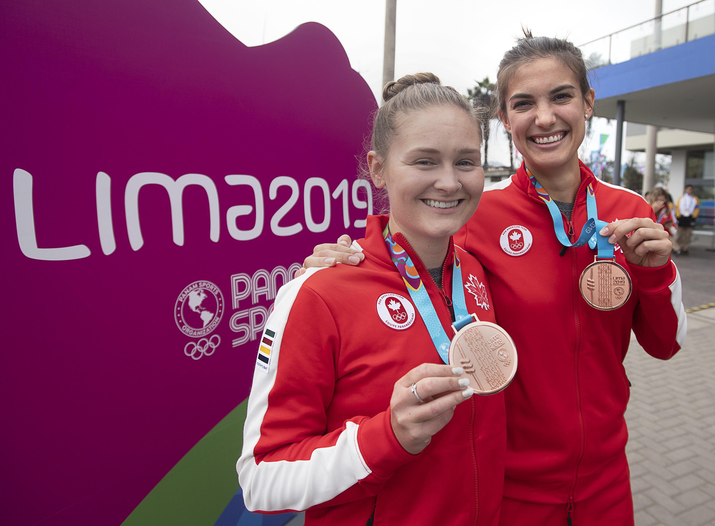 Squash athletes Samantha Cornett, right, and Hollie Naughton display their bronze medals
