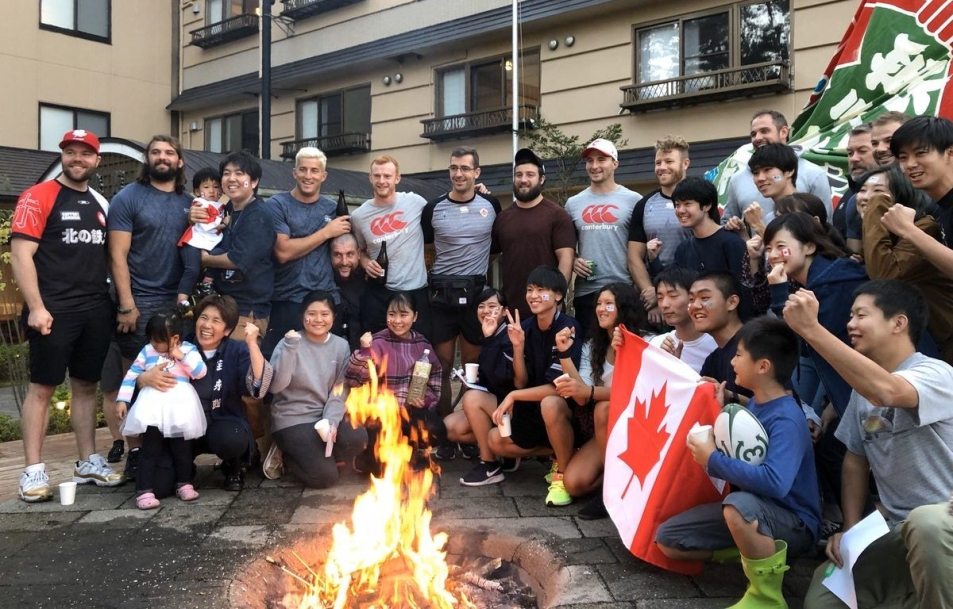Canada's 2019 Rugby World Cup team poses for a photo with Japanese citizens.