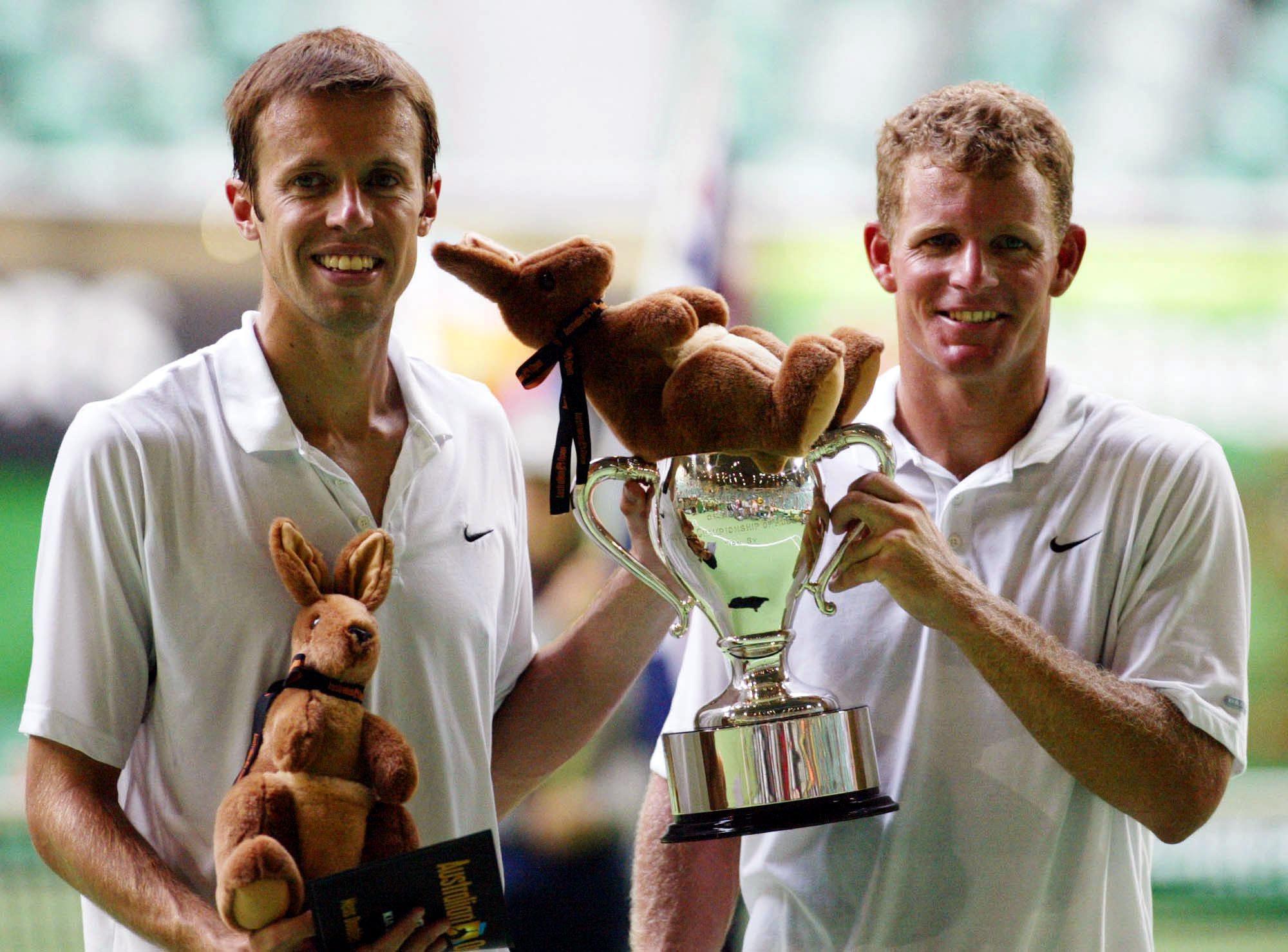 Daniel Nestor et son partenaire posent avec le trophée du tournoi