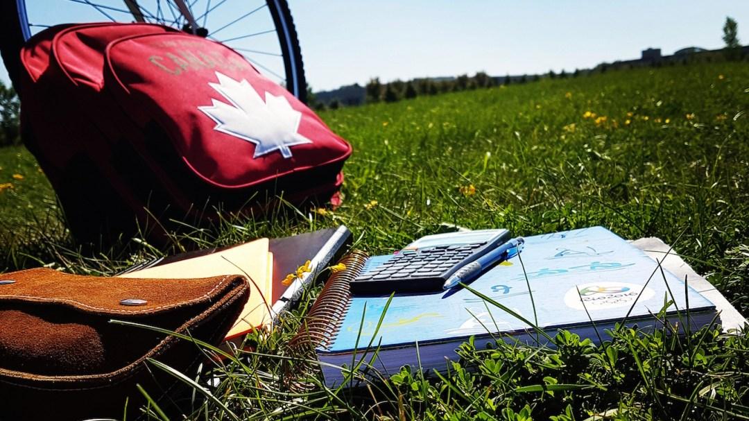 Un sac à dos Équipe Canada et des livres décole