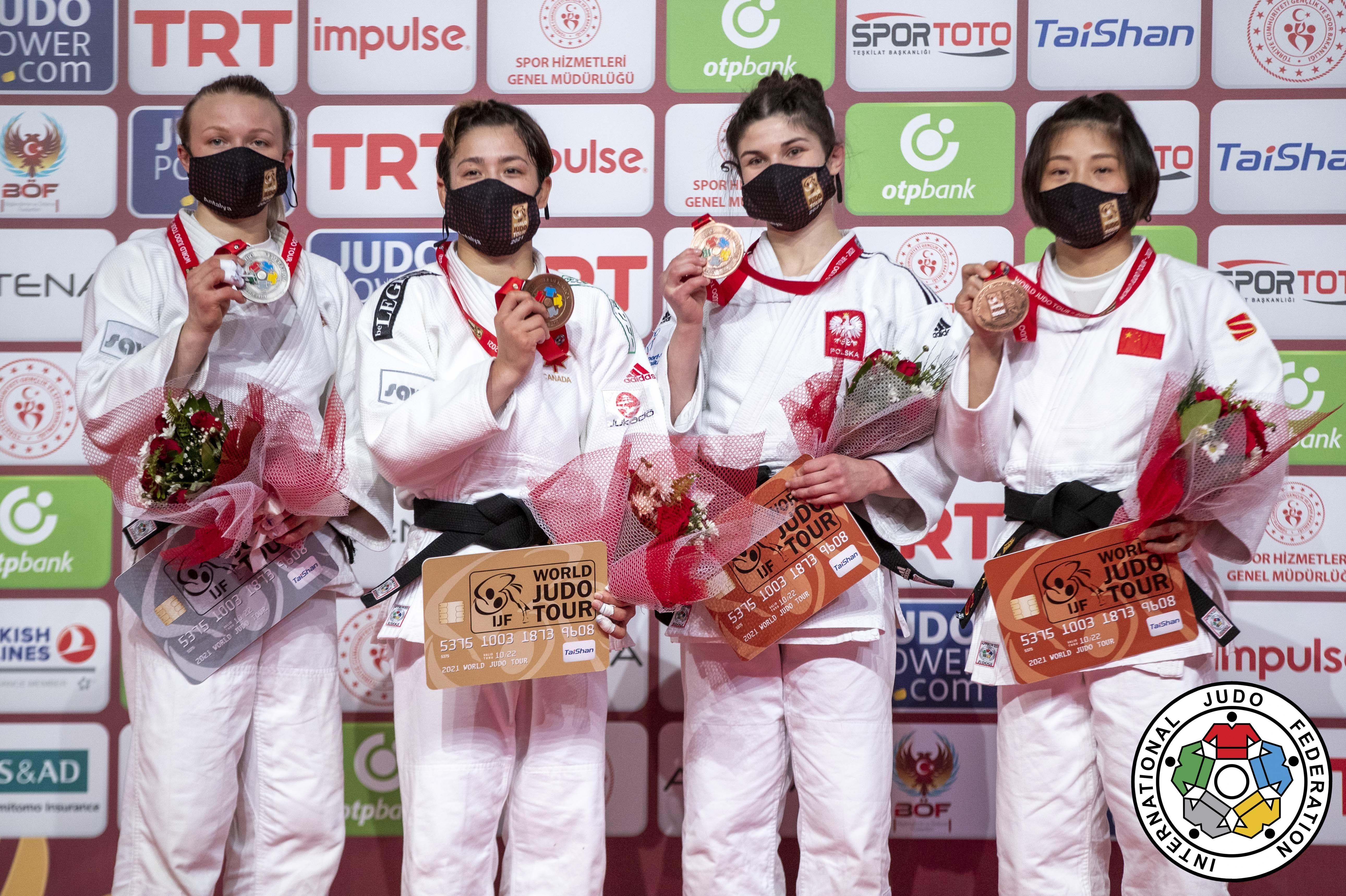 Quatre judokas sur un podium