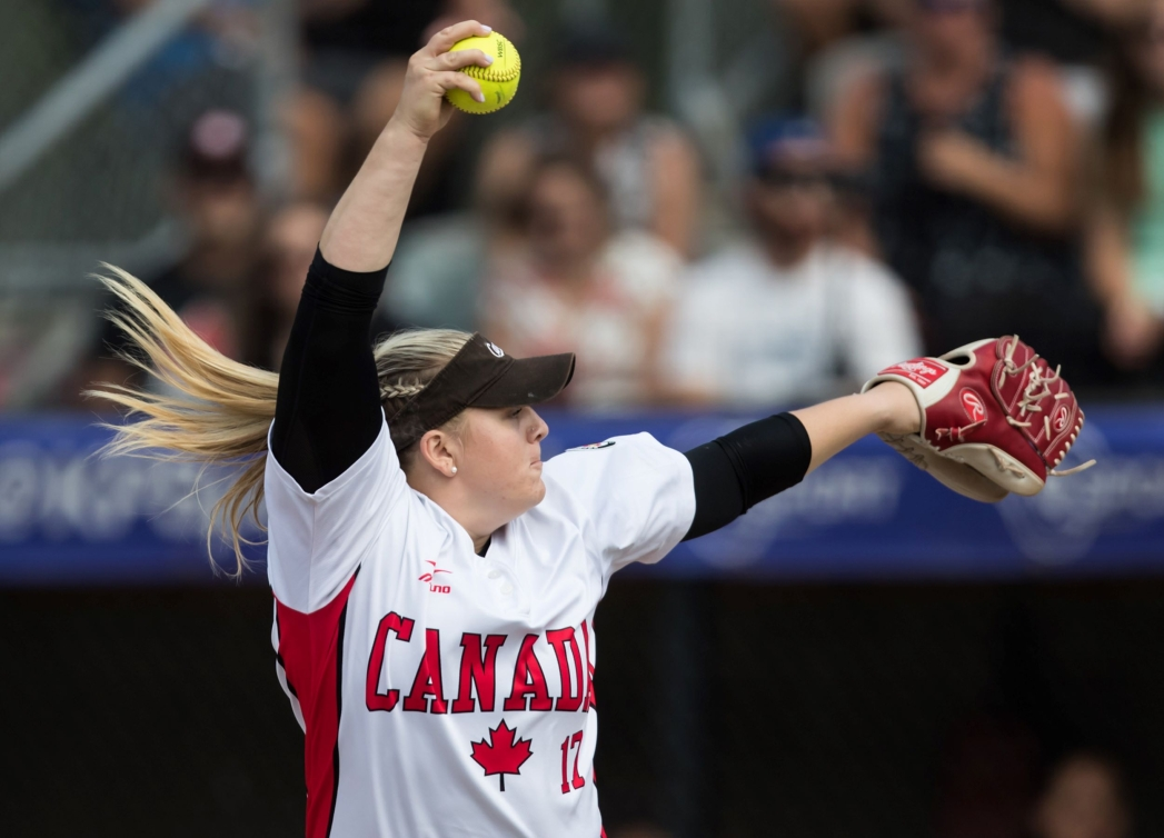 Sara Groenewegen pitching the ball
