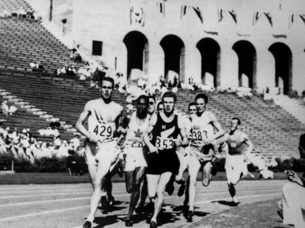photo en noir et blanc de nombreux coureurs
