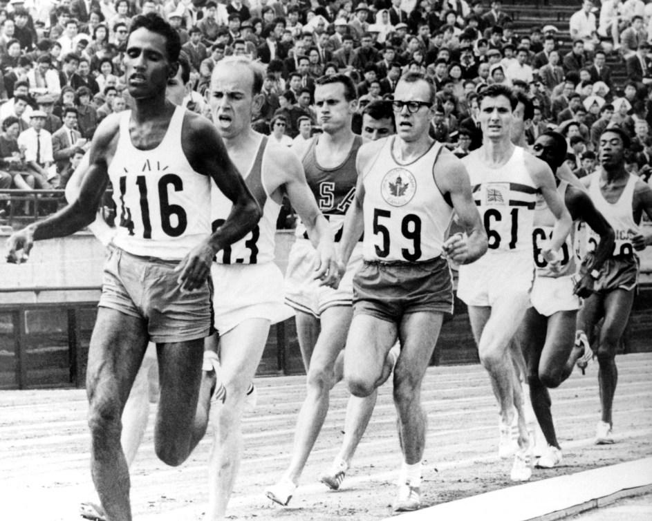 photo en noir et blanc de 9 coureurs