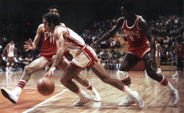 Bill Robinson en pleine action, entouré de deux joueurs de l'équipe adverse