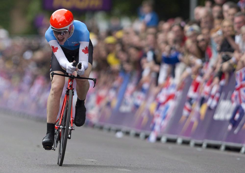 Clara Hughes donne le dernier effort vers la ligne d'arrivée aux qualifications olympiques à Londres