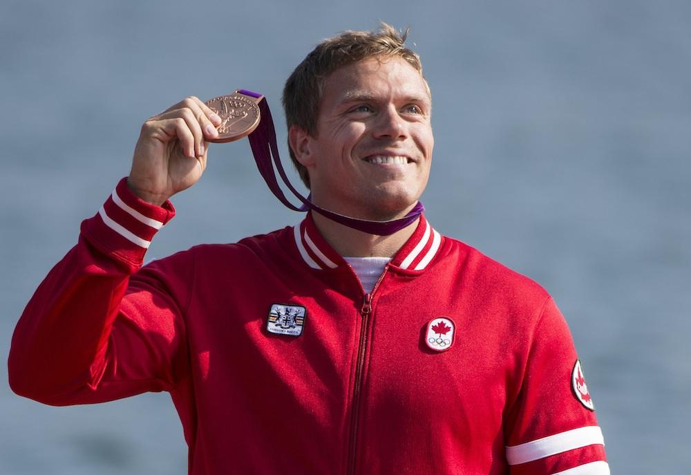 Mark de Jonge tenant sa médaille de bronze à Londres