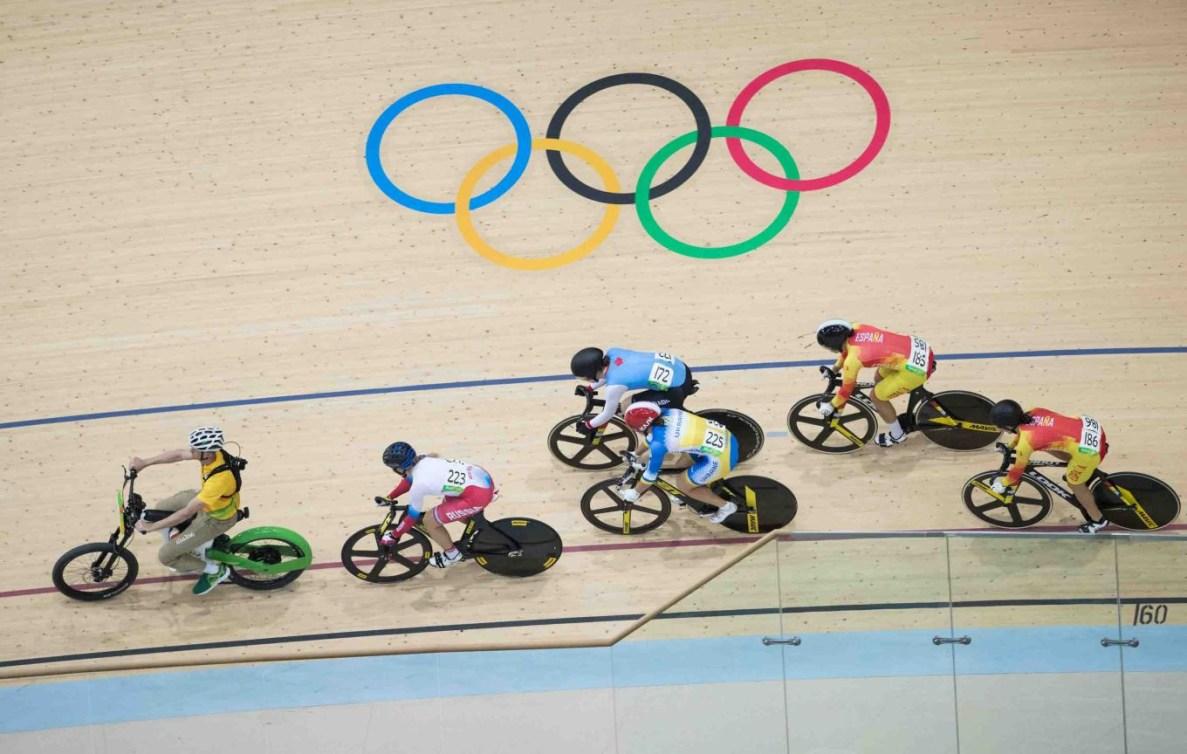 Six cyclistes sur la piste du vélodrome