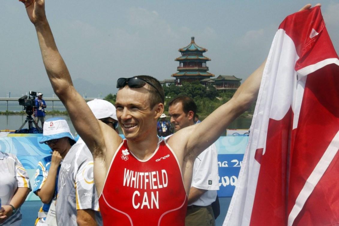 Simon Whitfield célèbre à Beijing.