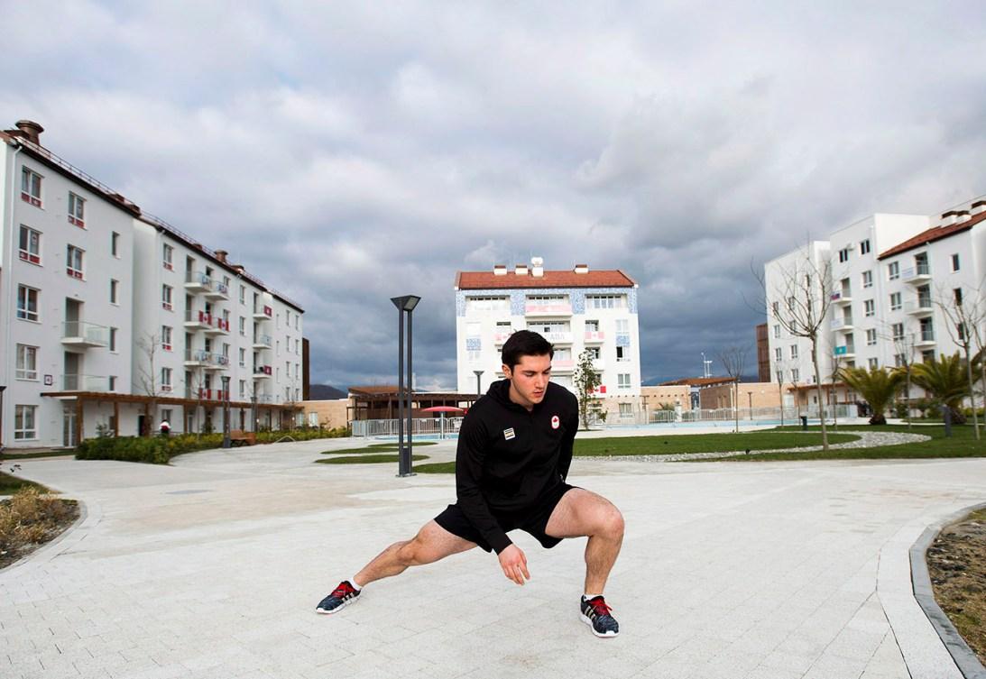 Vincent De Haître s'étire au village des athlètes pendant les Jeux olympiques d'hiver de 2014 à Sotchi.