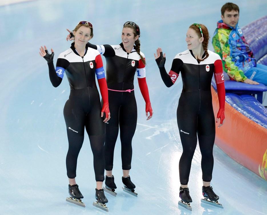 À partir de la gauche, Brittany Schussler, Ivanie Blondin et Kali Christ saluent la foule à Sotchi. Maintenant que Britanny Schussler a pris sa retraite, Ivanie Blondin et Kalie Christ sont les piliers de l'équipe nationale.
