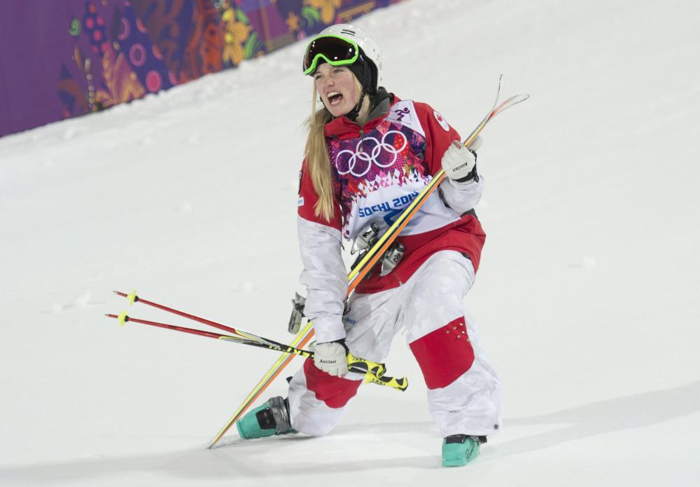Justine Dufour-Lapointe célèbre après avoir décroché la médaille d'or de l'épreuve de bosses féminine aux Jeux olympiques de Sotchi, le 8 février 2014.