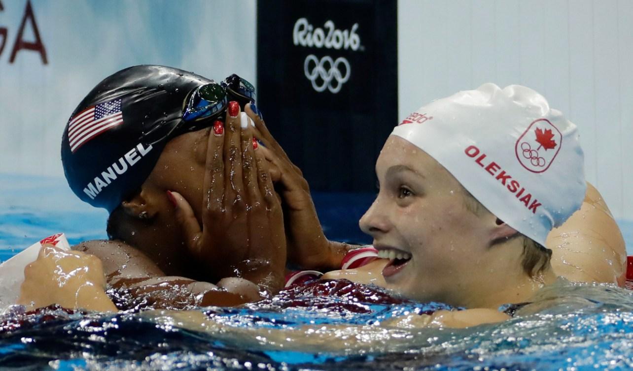 Simone Manuel et Penny Oleksiak célèbrent leur médaille d'or aux Jeux olympiques de Rio, le 11 août 2016. (AP Photo/Matt Slocum)