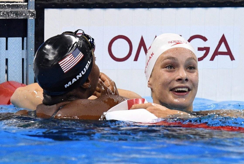 Les réactions de Penny Oleksiak et Simone Manuel après avoir remporté l'or aux Jeux olympiques de Rio, le 11 août 2016. THE CANADIAN PRESS/Sean Kilpatrick