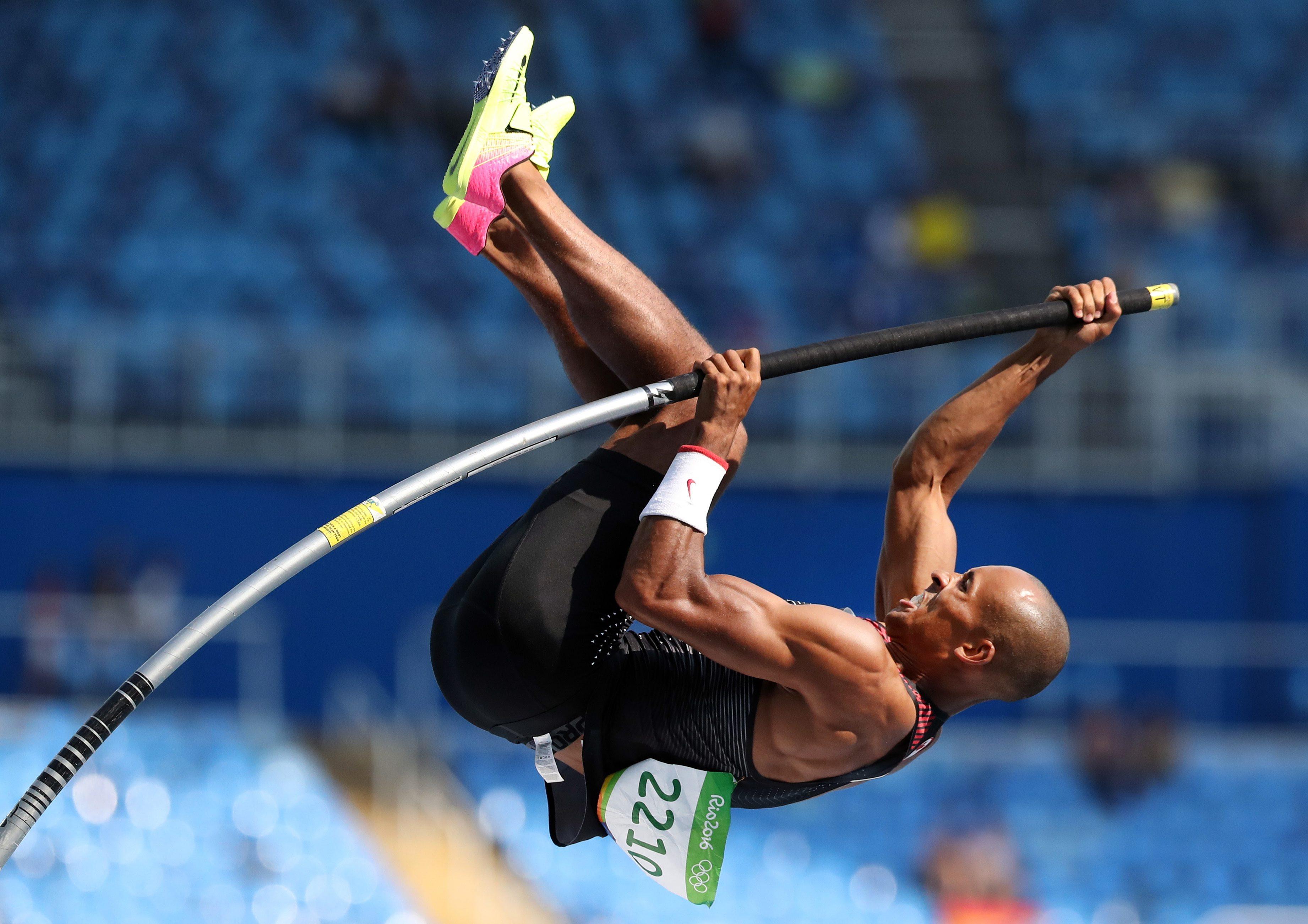 Damian Warner prend part à l'épreuve du saut à la perche du décathlon des Jeux olympiques de Rio, le 18 août 2016. (AP Photo/Lee Jin-man)