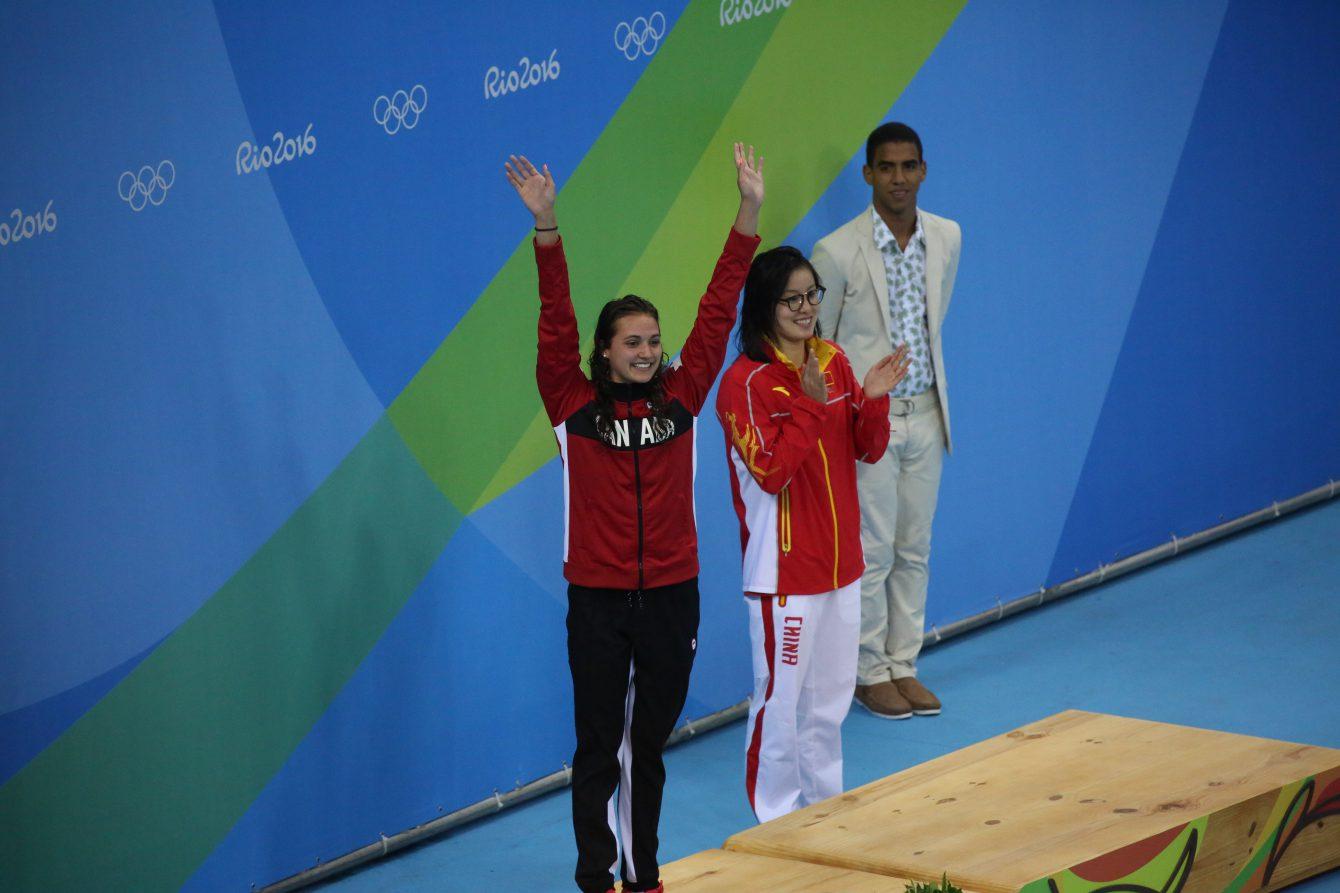 Kylie Masse durant la cérémonie de remise des médailles. Elle a remporté la médaille de bronze au 100 m dos aux Jeux de Rio. 8 août 2016. (Photo/Steve Boudreau)