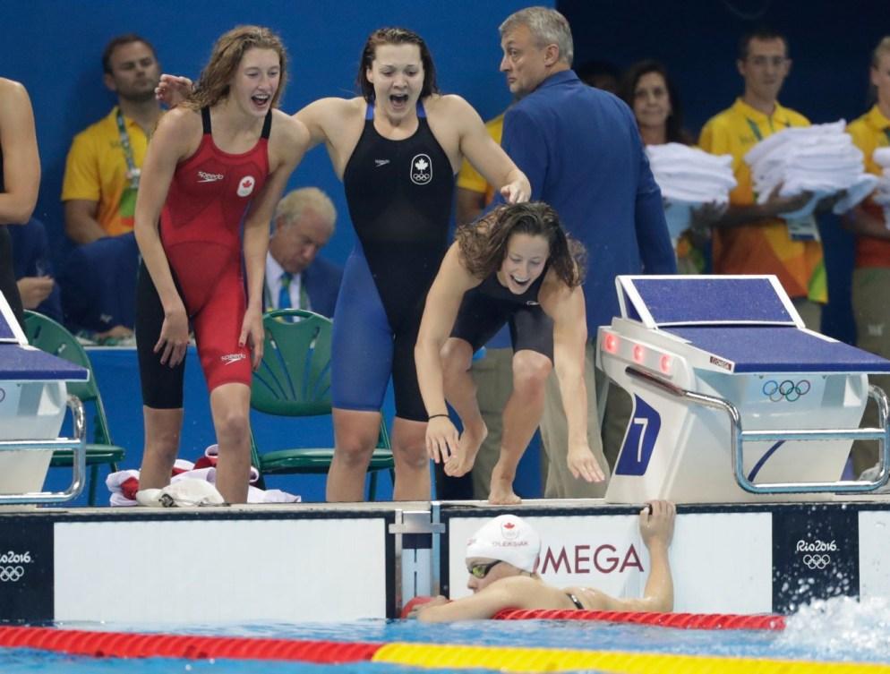 Taylor Ruck, Brittany MacLean, Katerine Savard et Penny Oleksiak célèbrent leur trosième place au relais féminin 4x200 m aux Jeux olympiques de Rio, le 10 août 2016. (COC // Jason Ransom)