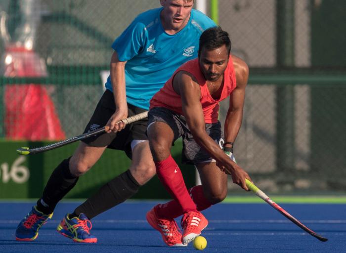 Keegan Pereira bataille pour la balle lors d'un match amical contre la Nouvelle-Zélande aux Jeux olympiques de 2016, à Rio. COC Photo by Jason Ransom